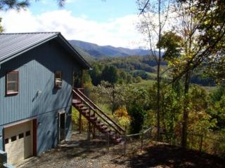 VIEWS FOR FALL COLORS ARE AMAZING. CLOSE TO ASHEVILLE. Wood Burning FP. FENCED YARD!!!PLAY AREA FOR CHILDREN. - Burnsville vacation rentals