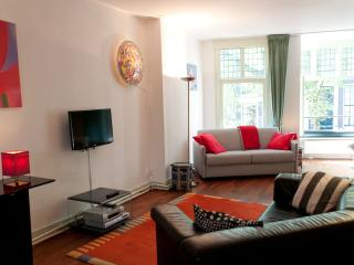 Amsterdam canal view apartment in the historic centre, The Red Tulip Apartment - Amsterdam vacation rentals