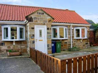 THE STABLES, enclosed garden, close to the beach, WiFi, central village location, ground floor cottage in Marske-by-the-Sea, Ref - Marske-by-the-sea vacation rentals