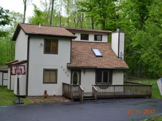 Great Hideout Home with Pool Table - Lake Ariel vacation rentals