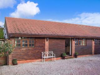 PARLOUR BARN, hot tub, WiFi, en-suite, romantic cottage near Pershore, Ref. 26229 - Worcestershire vacation rentals