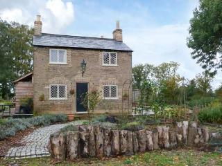 SHORTMEAD COTTAGE, Victorian farm cottage, double-ended bath, multi-fuel stove, on owner's estate, near Biggleswade, Ref 23362 - Bedfordshire vacation rentals