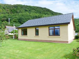 BEACHVIEW, single-storey cottage, lawned gardens, Loch views, ideal base for walking and cycling, in North Ballachulish, Ref 283 - Lochaber vacation rentals