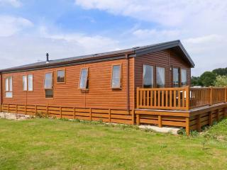 1 LAZY SWAN, detached, timber-rolled holiday lodge, private hot tub, on-site facilities, in Tattershall, Ref 22199 - Lincolnshire vacation rentals