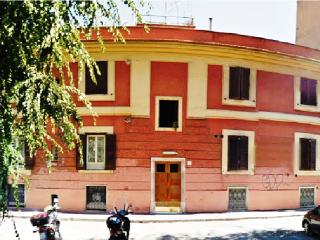 1 bedroom 1-4 people very next to Metro, strategic location & excellent value for money: PIRAMIDE SQUARE - Rome vacation rentals