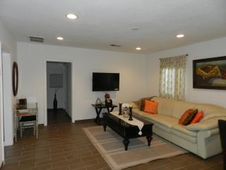 CHARMING  COTTAGE MINUTES FROM UNIVERSAL STUDIOS - Studio City vacation rentals