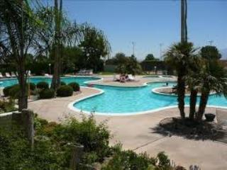 Affordable resort style living in Mission Lakes CC - Desert Hot Springs vacation rentals