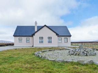 TULLAGHAN VIEW, detached cottage, en-suites, open fire and multi-fuel stove, lovely views, near Ballycroy, Ref 903825 - County Mayo vacation rentals