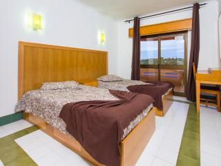 2 BEDROOM APARTMENT 1.5 KM FROM THE BEACH IN A RESORT WITH SWIMMING POOLS, MINI MARKET AND SMALL SPA REF.111604 - Albufeira vacation rentals