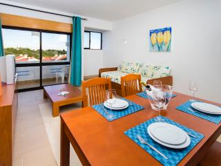1 BEDROOM APARTMENT IN MAIN BLOCK FOR 4 ONLY 1.5 KM FROM THE BEACH IN A RESORT WITH SWIMMING POOLS, MINI MARKET AND SMALL SPA RE - Albufeira vacation rentals
