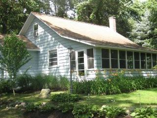 Cozy Cottage on Lake Michigan, steps to beach - Fennville vacation rentals