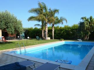 VILLA A MARE: wonderful villa with private pool at 1 km away to the sea - Marina di Ragusa vacation rentals