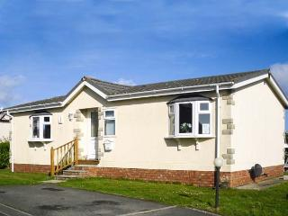 30 GUNVER, family chalet on holiday park, lawned garden, on-site facilities, inc. tennis court, near Padstow, Ref 904010 - Padstow vacation rentals