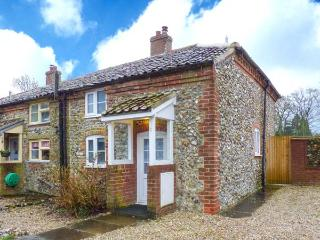 BROOM COTTAGE, character features, enclosed garden, WiFi, in East Rudham, Ref. 31019 - East Rudham vacation rentals