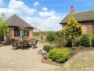 ROE DEER HOUSE, luxury property, corner bath, woodburner, near Lincoln, Ref 903616 - Lincolnshire vacation rentals