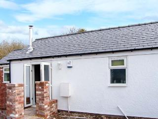 THE OLD STABLE, pet-friendly single-storey cottage, open plan, breakfast available, Penymyndd, Mold Ref 903969 - Mold vacation rentals