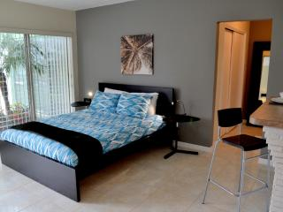 NEW LISTING! TWIN PALM STUDIO - Fort Lauderdale vacation rentals