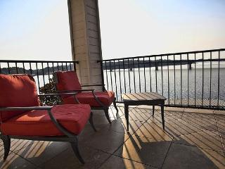 DESIGNERS DREAM!! MAIN CHANNEL-LAKE HAMILTON 6 STEPS TO THE LAKE! - Hot Springs vacation rentals