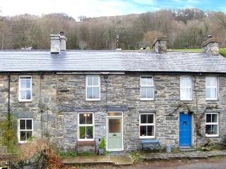 DRAPERS COTTAGE, mid-terrace cottage, woodburner, enclosed patio, walks from door, near Portmeirion, Ref. 18599 - Portmeirion vacation rentals