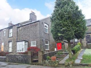CROFTSIDE, fantastic walking base, character features, nearby attractions, terraced cottage near Chinley, Ref. 904073 - Chinley vacation rentals
