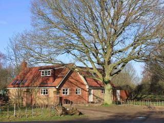 OAK TREE LODGE, WiFi, en-suite, woodburning stove, parking, garden, in Crostwick, Ref 30583 - Norfolk vacation rentals