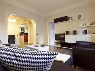 Just 210m from Sagrada Familia 4BR/2BA home for 10 - Manhattan vacation rentals