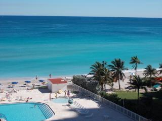 View fo the ocan and pool from balcony - Oceanfront studio with private balcony on 6 Floor - Sunny Isles Beach - rentals