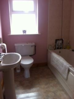 Spacious bathroom with full length bath and taps fitted with shower accompaniment.  - Castlebar town, 5-10 min walk to centre of town - Castlebar - rentals