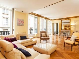 32. BETWEEN SAINT GERMAIN, LOUVRE AND EIFFEL TOWER - 7th Arrondissement Palais-Bourbon vacation rentals