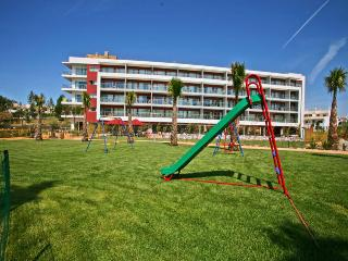 1 BEDROOM APARTMENT FOR 2 ADULTS AND 2 CHILDREN IN A 4 STAR RESORT NEAR OURA BEACH AND AVEIROS BEACH IN ALBUFEIRA - REF. AV13447 - Albufeira vacation rentals
