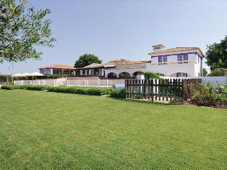 STUNNING 3 BEDROOM VILLA + 4 SUITES FOR UP TO 14 PEOPLE NEAR BOLIQUEIME REF. ALMB134416 - Albufeira vacation rentals