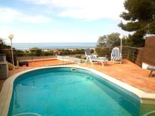 Elegant villa in Castelldefels for 8-10 guests with stunning seaside views, 2km to the beach and 20 minutes to Barcelona! - Castelldefels vacation rentals