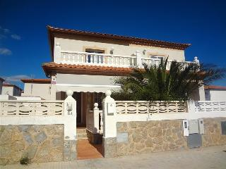 Modern Miami Platja 3-bedroom villa for 8 guests, a 5-minute walk from the beach - Miami Platja vacation rentals