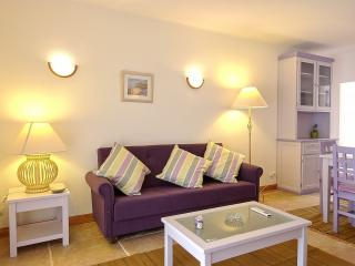 2 BEDROOM APARTMENT FOR 5 NEXT TO THE BEACH IN OLHOS D'AGUA, ALBUFEIRA (2) REF. ALMB134980 - Albufeira vacation rentals