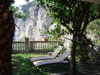 Amaca, immersed in a green garden between lemon and orange trees - Meta vacation rentals