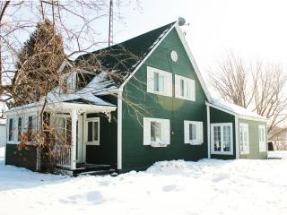 Maison a la campagne au bord de l'eau - Waterfront house to rent ! - Brownsburg-Chatham vacation rentals