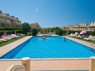 2 BEDROOM APARTMENT FOR 4 IN A CONDO WITH POOL AND TENNIS COURT IN PERA REF. 134933 - Alcantarilha vacation rentals