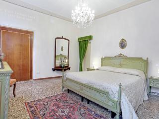 Superior Bragora ,air conditioner-3 minute to St. Mark, 2 bathrooms, 3 bedrooms little balcony- internet -6/7 people - Venice vacation rentals