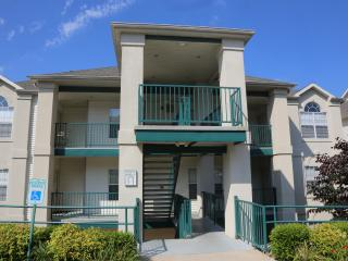 Top unit w/Pool, Golf views & close to everything Branson has to offer (7-6) - Branson vacation rentals