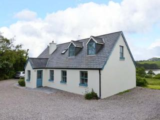 OLD COURT, detached cottage, en-suite, roll-top bath, multi-fuel stoves, superb accommodation, near Skibbereen, Ref 24446 - Skibbereen vacation rentals