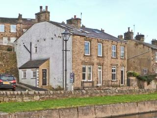 CANALSIDE COTTAGE, woodburner, freestanding bath, canal views, in Farnhill, Ref. 27990 - Skipton vacation rentals