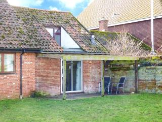 GARDENER'S DEN romantic retreat, pet-friendly, near to river in Snape Ref 28163 - Suffolk vacation rentals