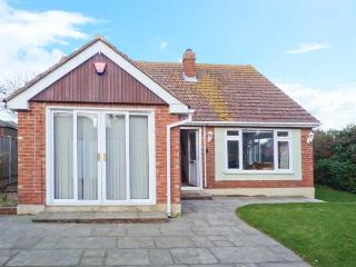 REDWOOD, detached, central location, off road parking, fully-enclosed garden, in Broadstairs, Ref 30068 - Broadstairs vacation rentals