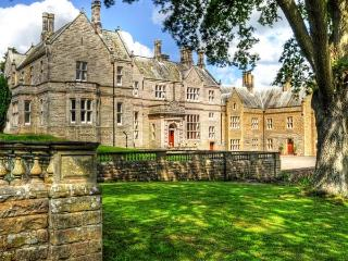 THE HALL, luxury stately home in stunning grounds, open fires, games room, en-suites, near Belford, Ref 903958 - Northumberland vacation rentals