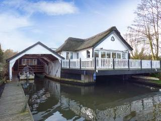 SOUTHOVER river frontage, hot tub, 5-seater boat in Wroxham Ref 904316 - Norfolk vacation rentals