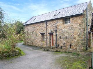 RHWEL FARM GRANARY, games room, woodland views, WiFi, large grounds, in Mold, Ref. 904621 - Caergwrle vacation rentals