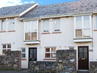 9 SHEPHERD'S WALK, cosy pet-friendly cottage close to beach, patio, near shops in Duncannon Ref 904629 - County Wexford vacation rentals