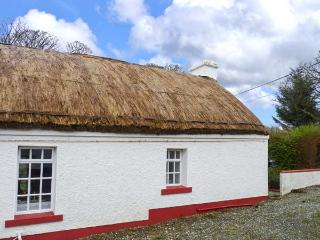 IZZIES, thatched cottage, en-suites, games room, pet-friendly, near Carndonagh and Malin Head, Ref 904987 - County Donegal vacation rentals