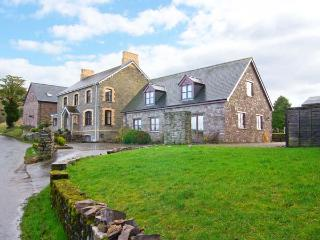 TYMAWR COACH HOUSE, detached cottage, en-suites, wonderful Brecon Beacon views, off road parking, in Llangorse, Ref 905020 - Llangorse vacation rentals