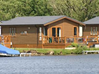 LAKESIDE LODGE, detached timber lodge, single-storey, en-suite, hot tub, on-site facilities, in Tattershall, Ref 905227 - Lincolnshire vacation rentals